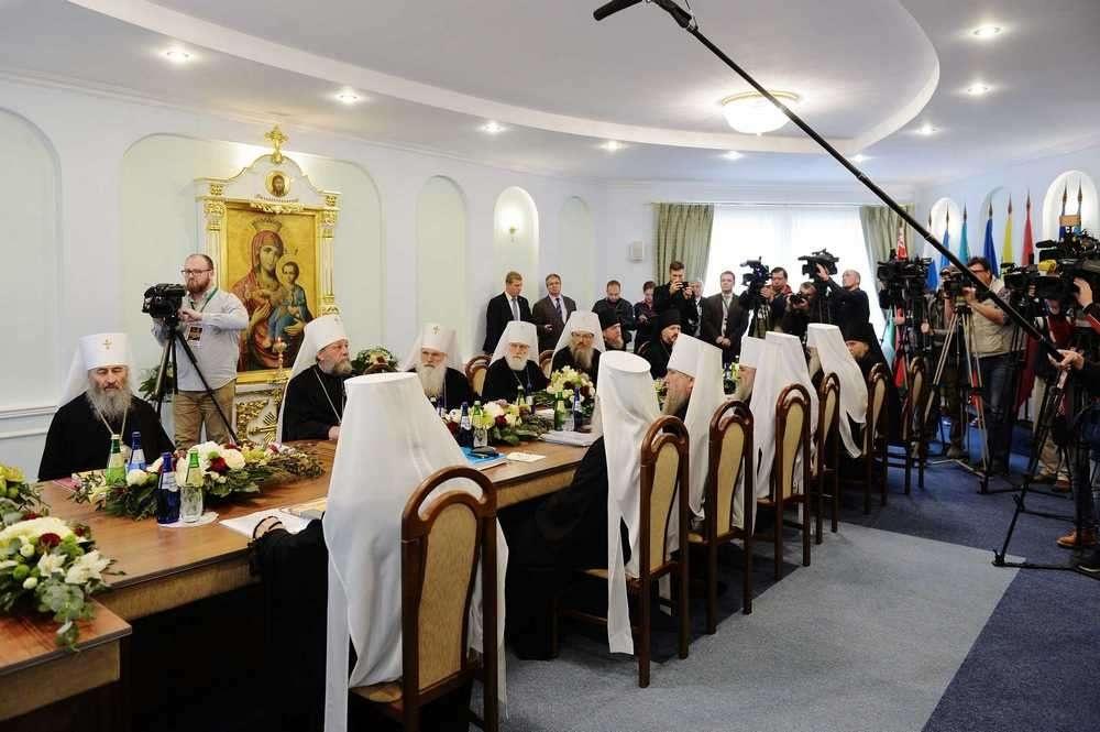 Члены Священного синода во время подписания заявления
