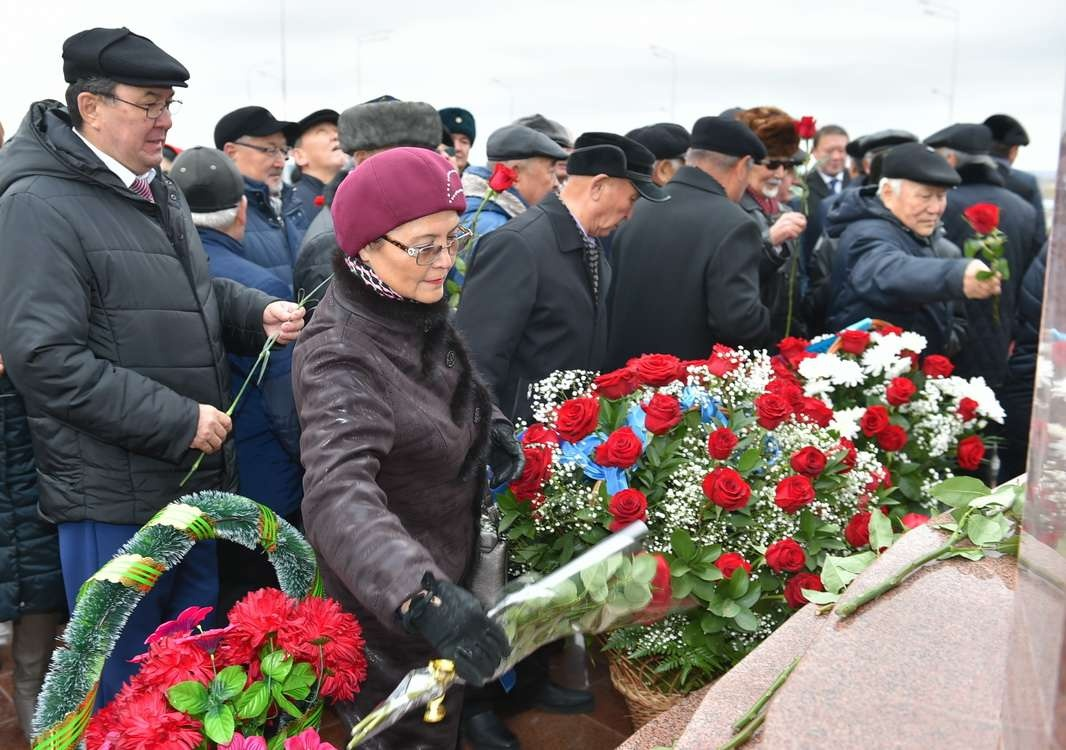 Возложение цветов к памятнику Кожабергена жырау