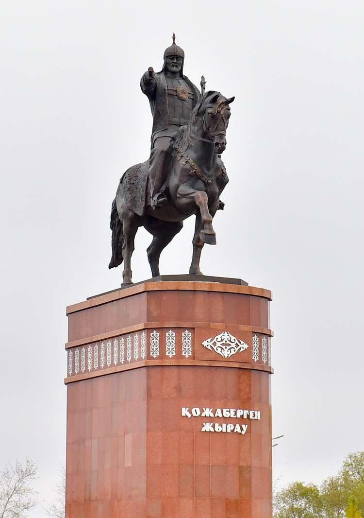 Памятник Кожабергену жырау в Петропавловске