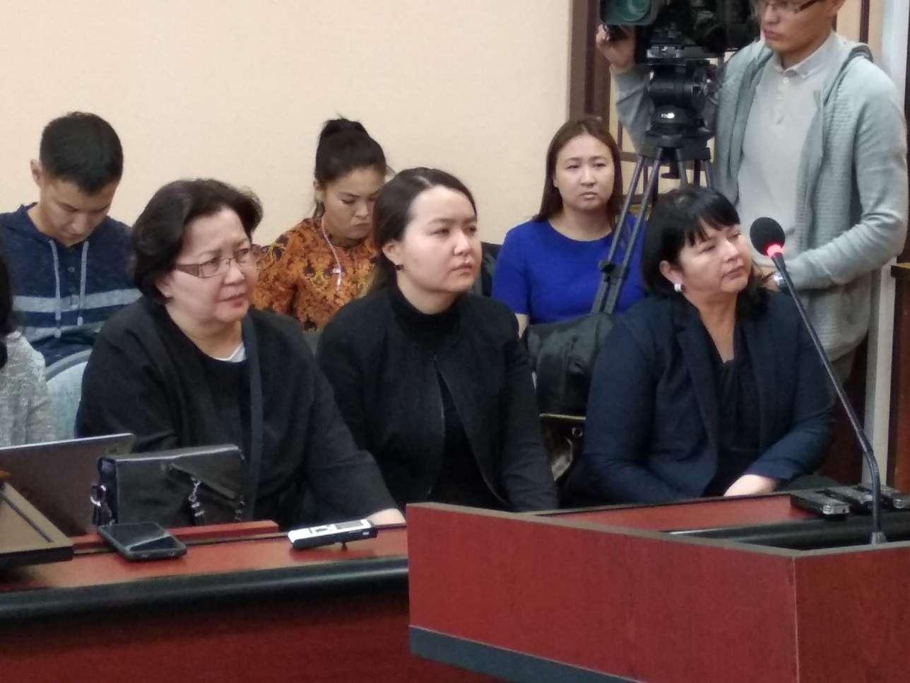 Малика Мухитова в центре в первом ряду на прошлом заседании суда