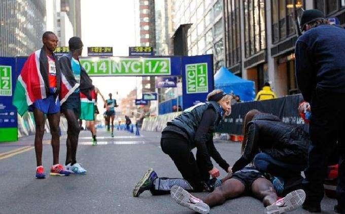 Олимпийский чемпион по легкой атлетике британец Мохаммед Форах потерял сознание во время полумарафона на Олимпиаде-2012 в Лондоне