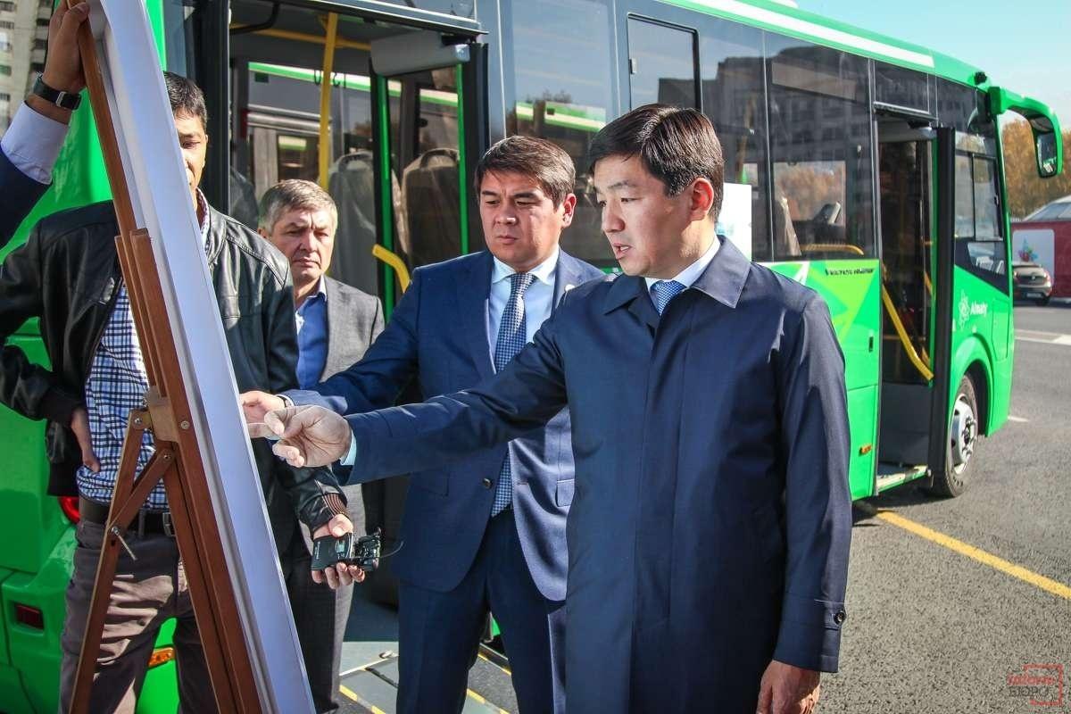 Акиму Алматы показали новые автобусы