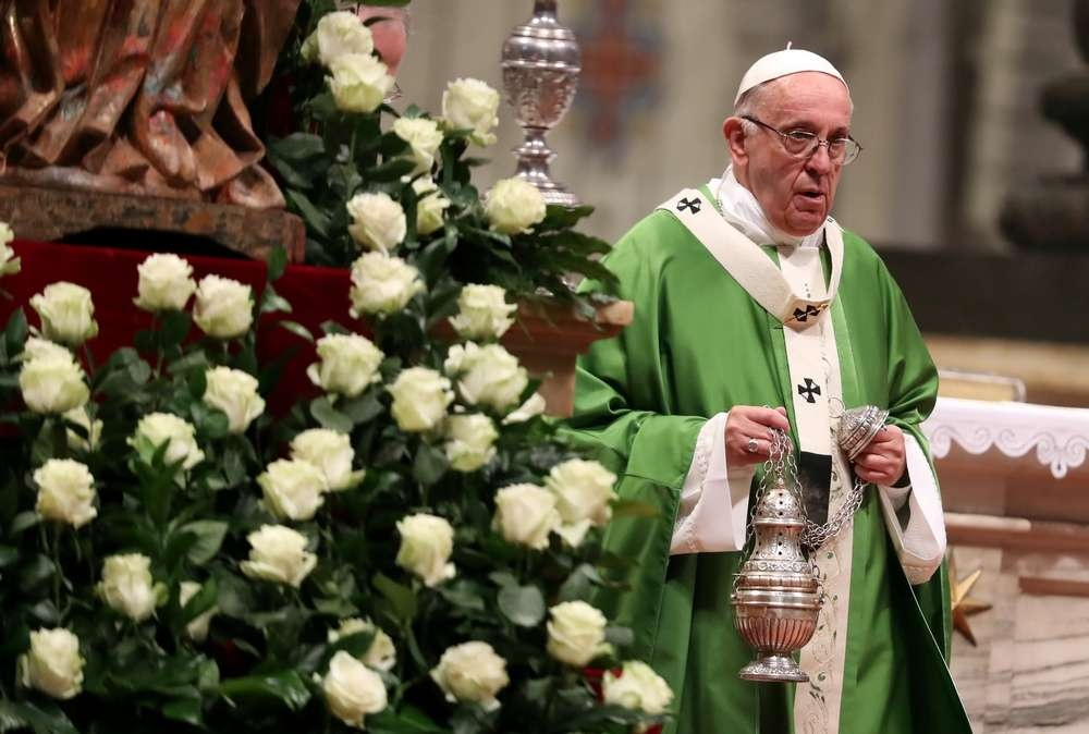 Папа Римский Франциск во время мессы по случаю окончания синода епископов Римско-католической церкви