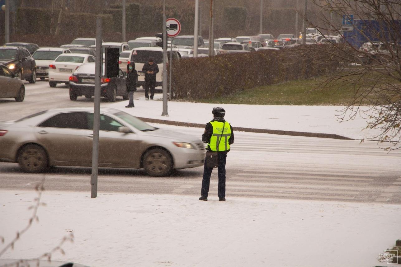 Пеший наряд дорожно-патрульной полиции на улице Акмешит