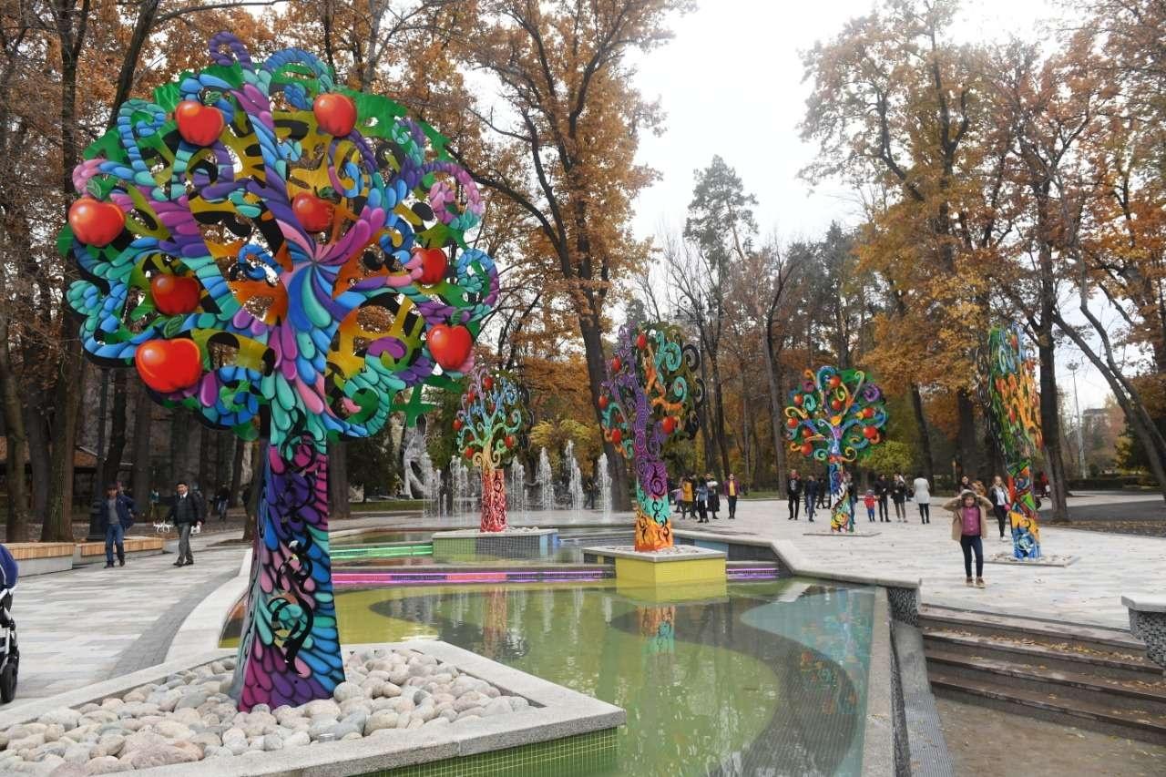 Появился в парке и новый фонтан с инсталляцией из яблонь
