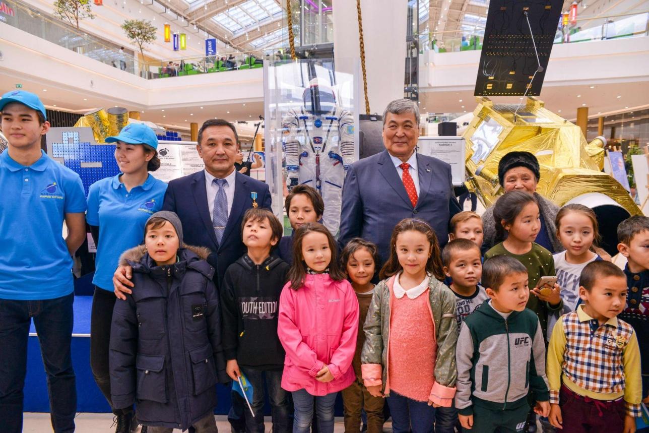 Гостем выставки стал первый космонавт Казахстана Тохтар Аубакирова