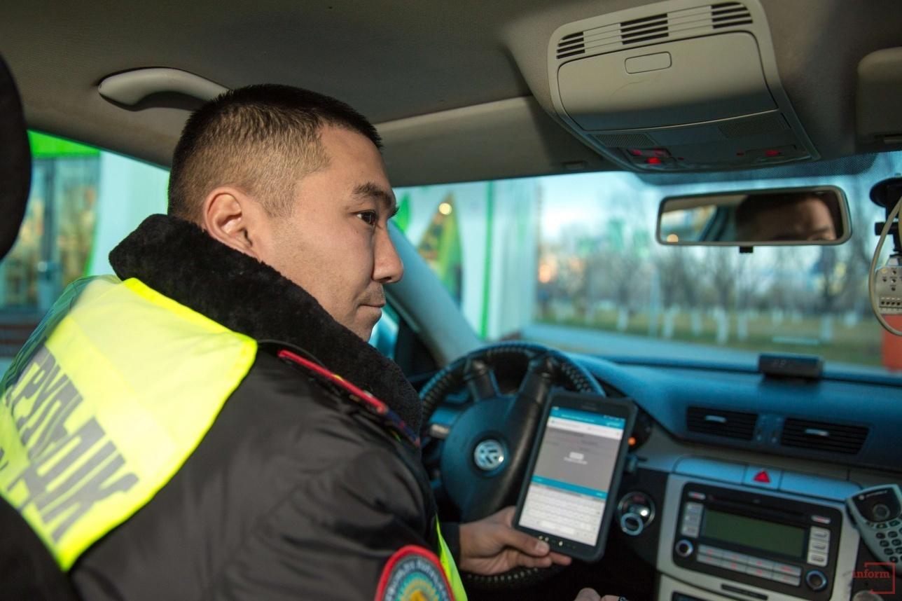 Сотрудник полиции оформляет протокол с помощью планшета за считанные секунды