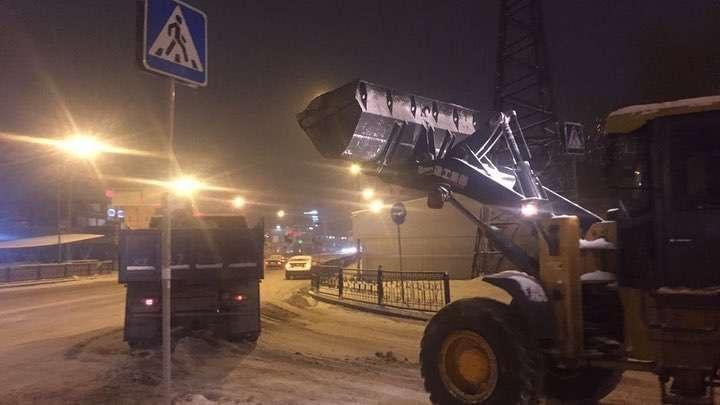 Снег на дорогах чистят в две смены