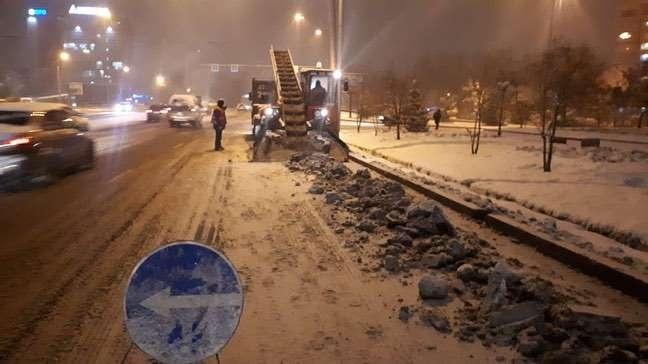 В снегоуборочных работах задействованы сотни рабочих