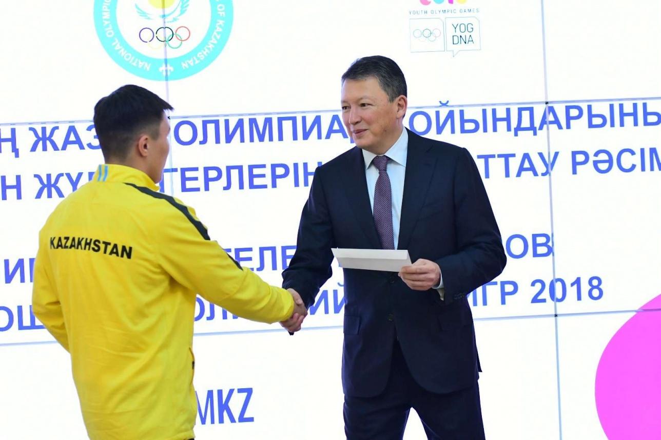 Тимур Кулибаев вручил премии спортсменам