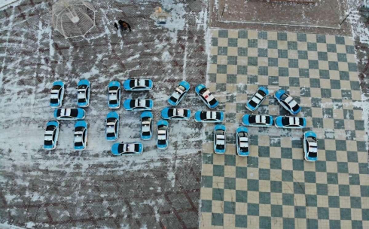 """В Караганде из полицейских машин выложили слово """"НБДД"""""""