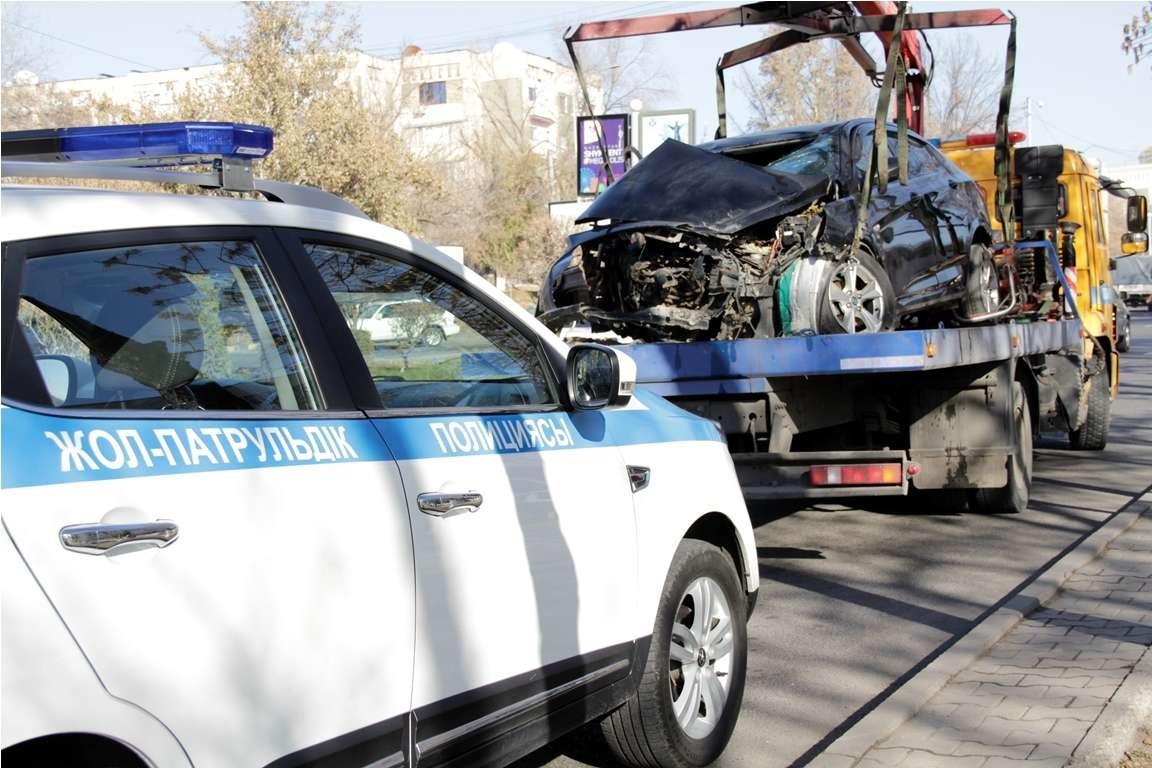 По Шымкенту проехал эвакуатор с разбитым автомобилем