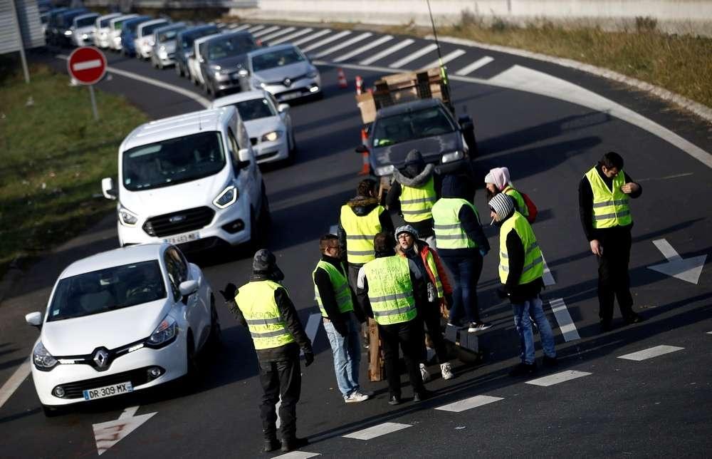 Митингующие перекрывают трассы и блокируют нефтехранилища