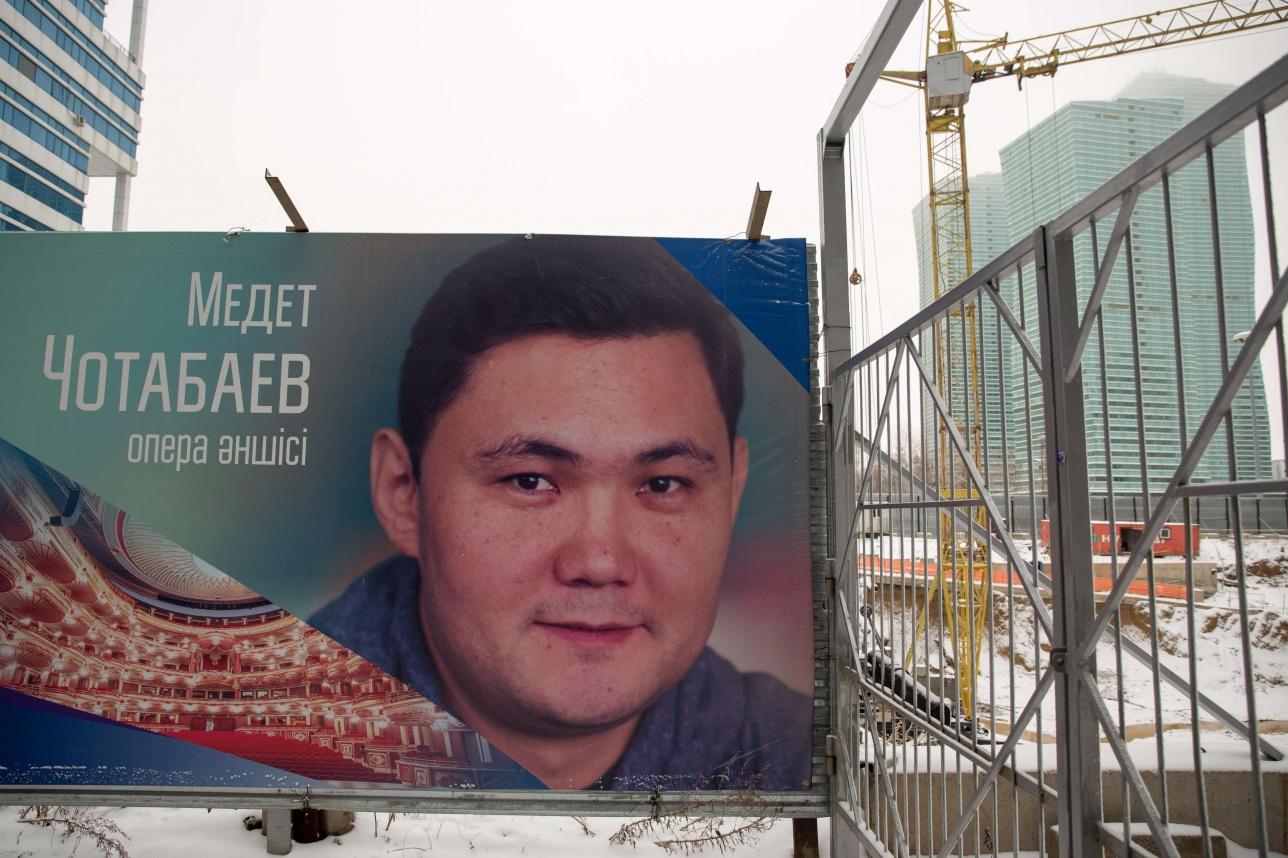 """Плакаты """"100 новых лиц Казахстана"""" висят не на одном ограждении строительных работ"""
