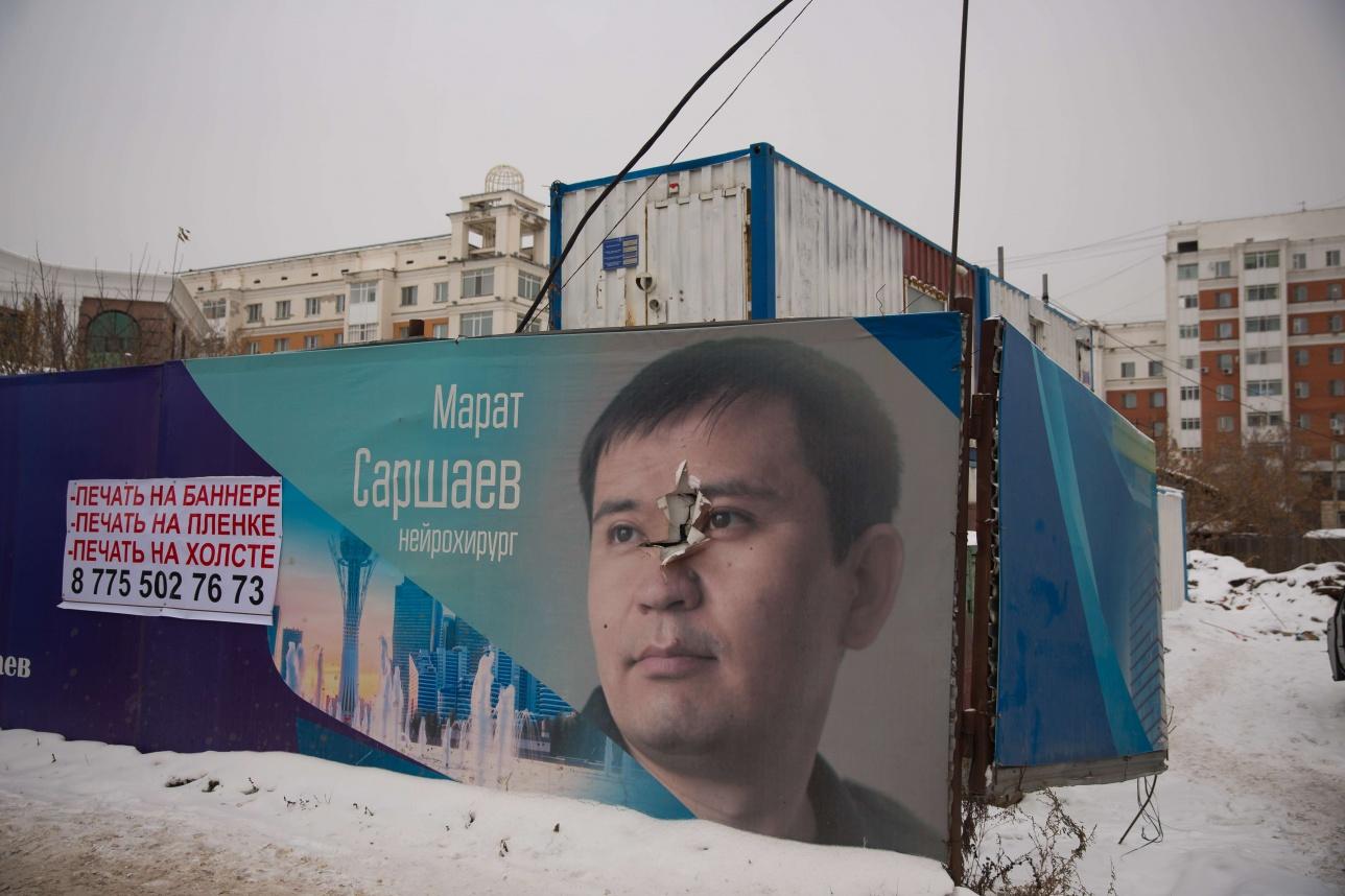 """Плакат """"100 новых лиц Казахстана"""" по улице Бараева в Астане"""