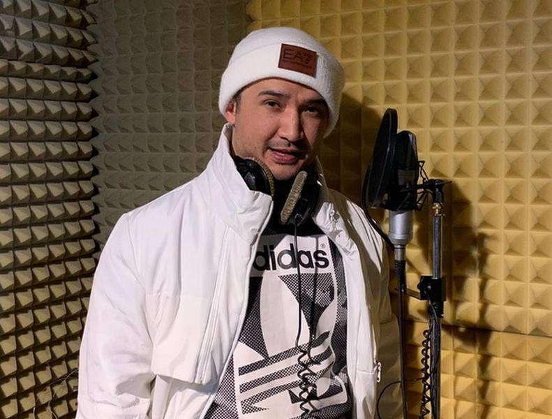 Шоумен на записи песни в студии