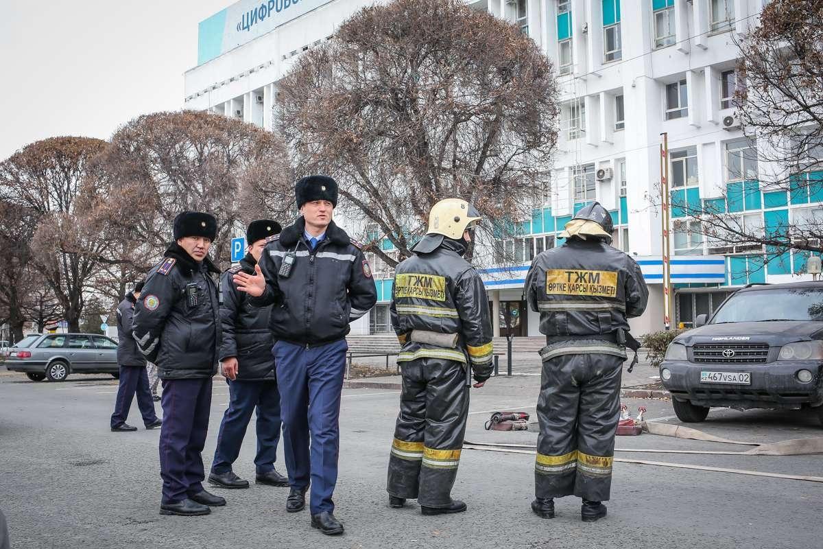 Полицейские оцепили территорию, в здании ищут бомбу