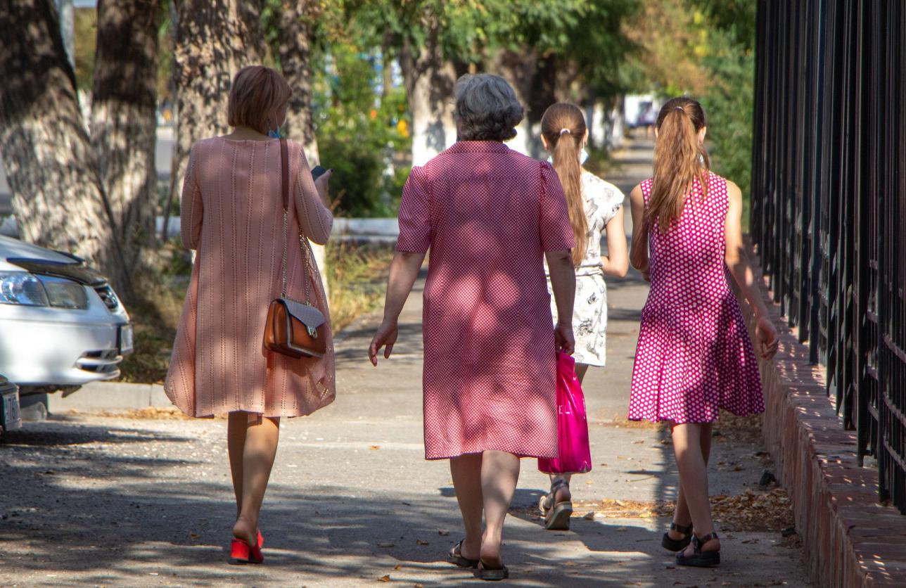 Наталья Рихтер с приёмными дочерьми в сопровождении представителя органа опеки