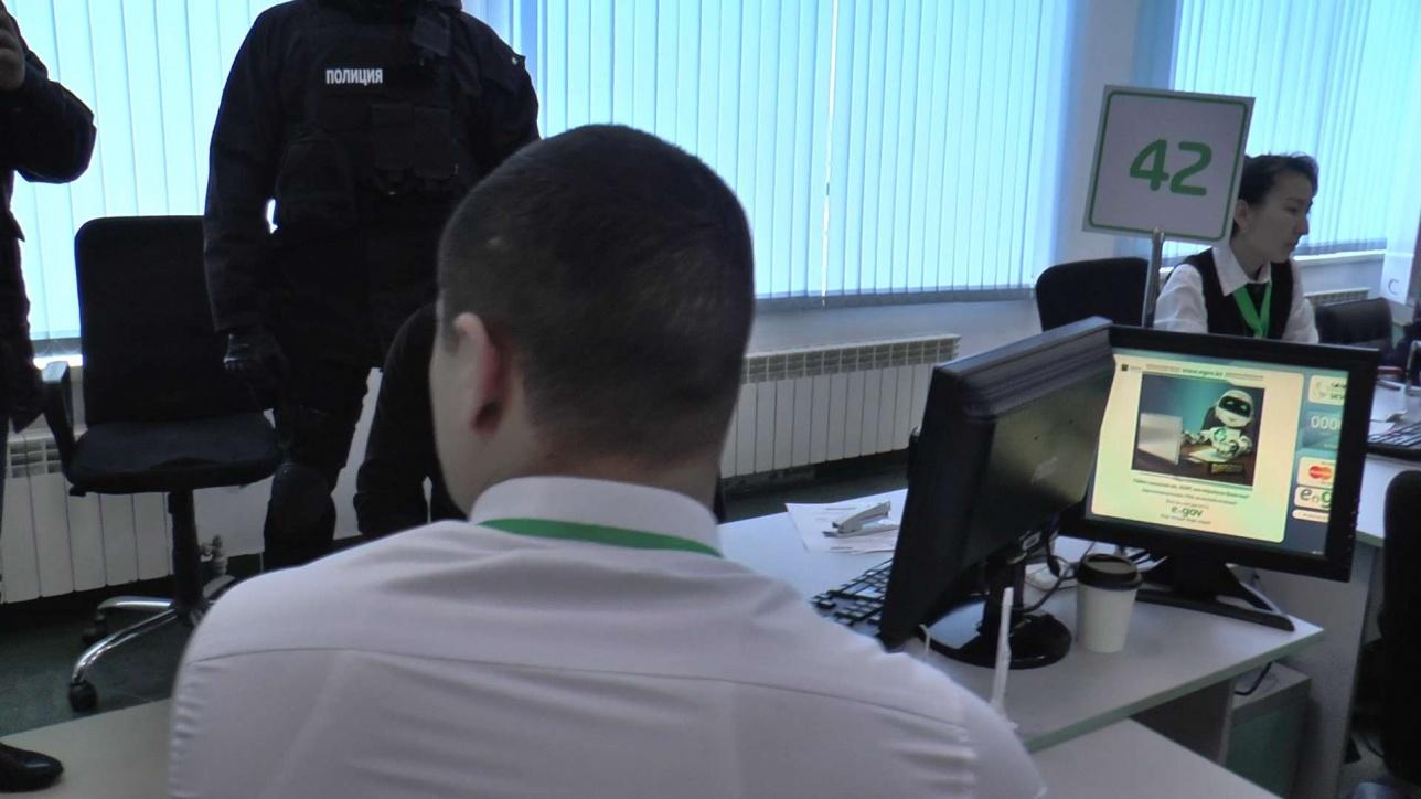 """Задержанный сотрудник спецЦОНа получал деньги от клиентов через """"помогаек"""""""