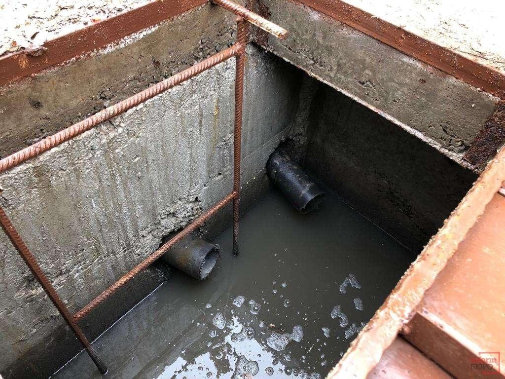 Вода стекла в речку через трубы, когда септик наполнялся