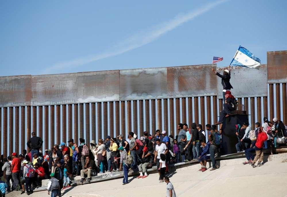 Несколько сотен мигрантов пытались прорваться за кордон, чтобы подать