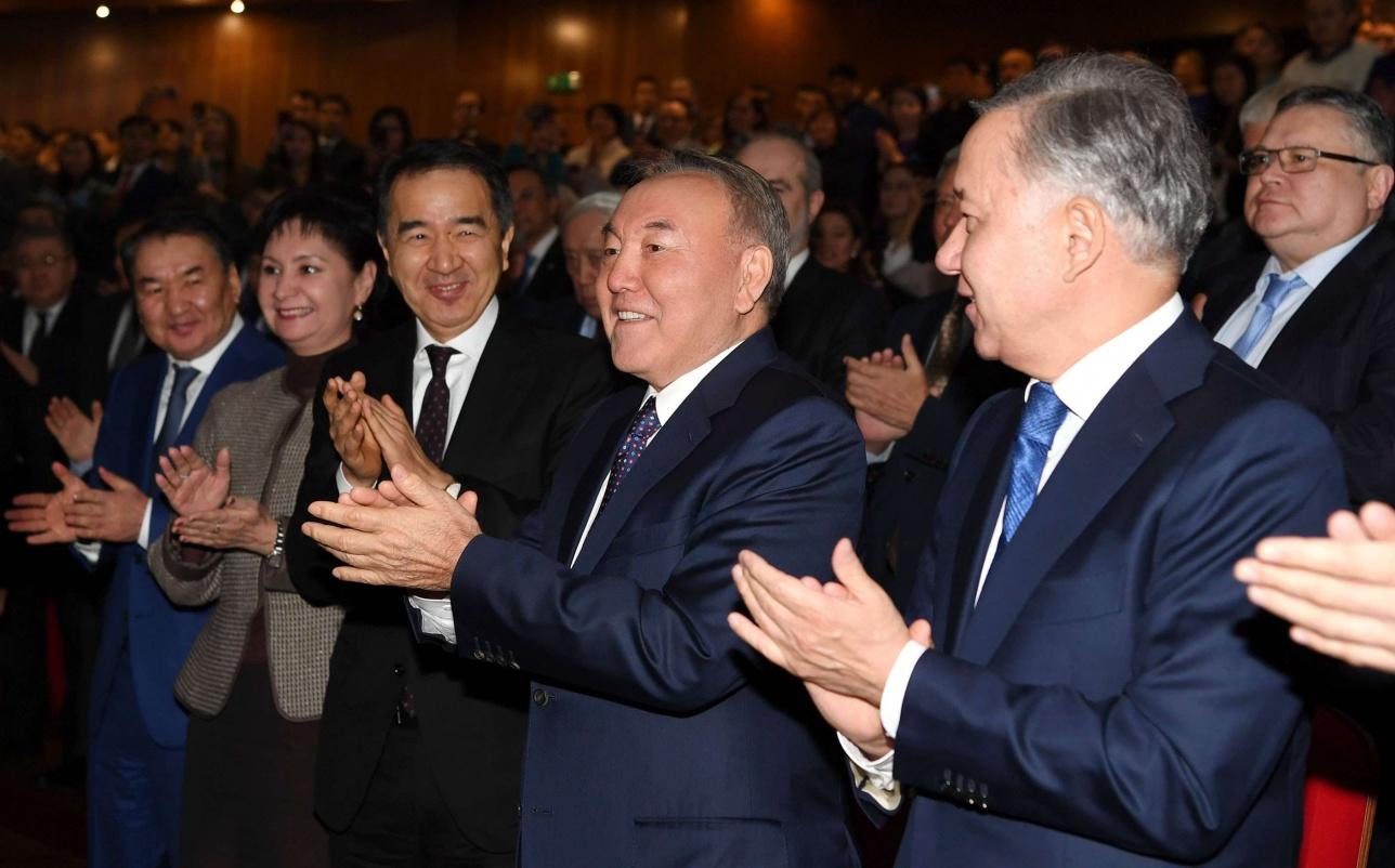 """Президент РК посетил премьеру фильма """"Путь лидера. Астана"""""""