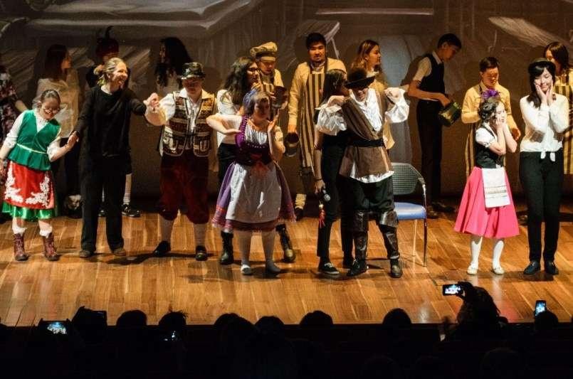 На сцену вышли 25 актеров-подростков с различными диагнозами