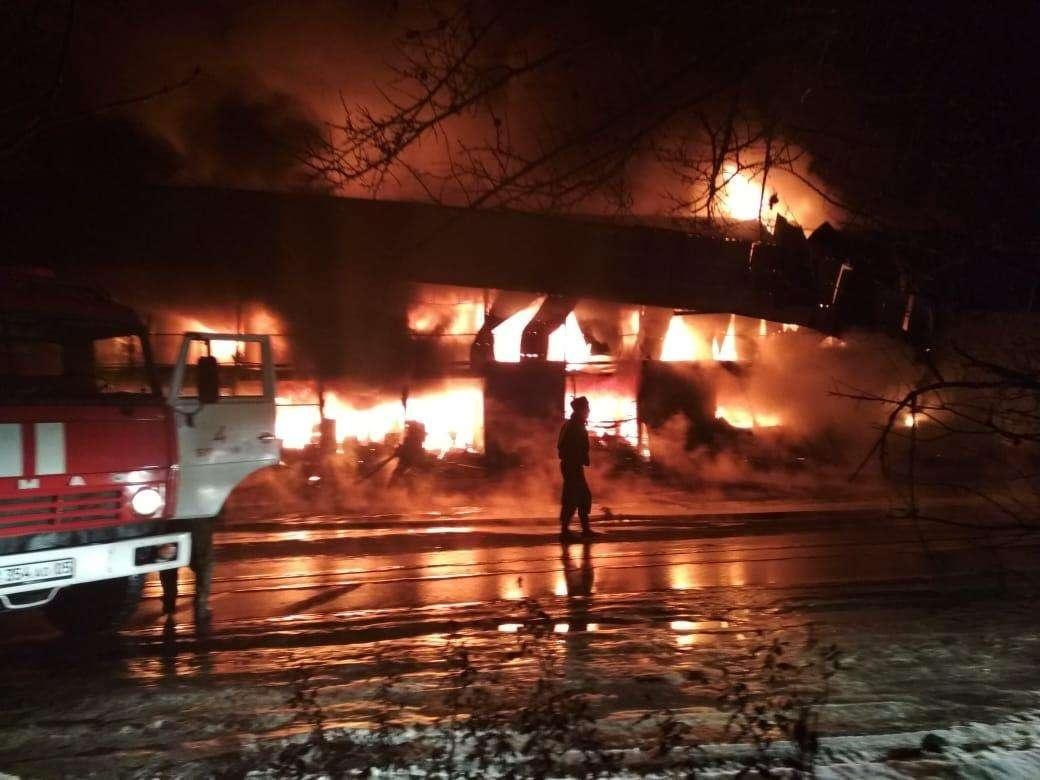 Около 20 контейнеров горят на строительном рынке