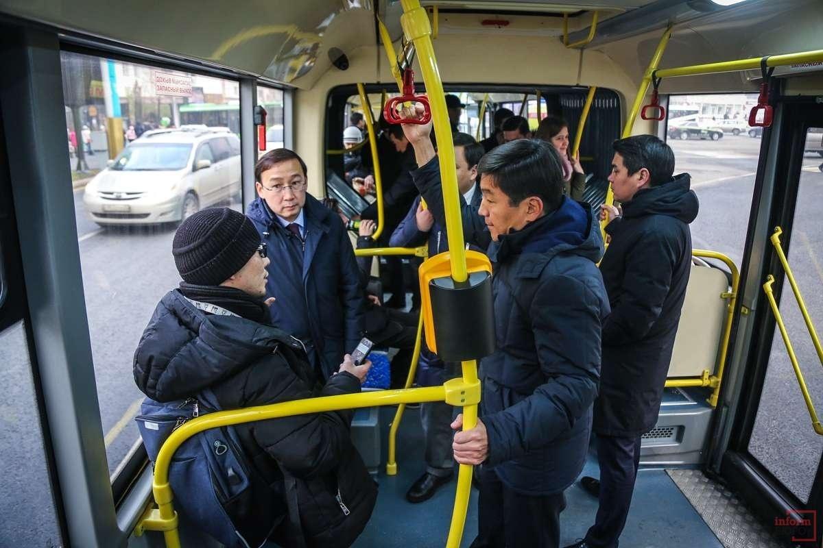 В автобусе сидели другие пассажиры, водитель ехал по маршруту и открывал двери