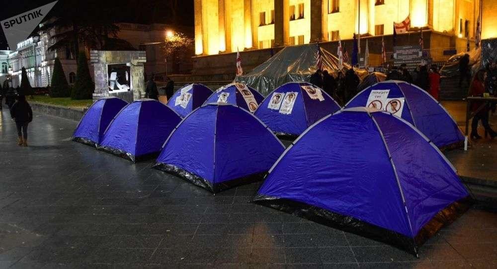 Оппозиция установила палатки у здания парламента