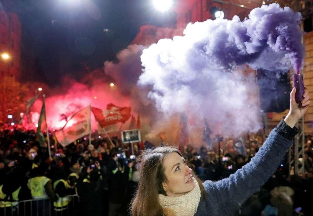 Демонстранты зажигают