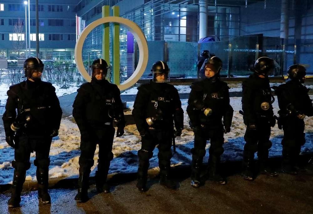 Полицейский кордон у здания государственного телевидения