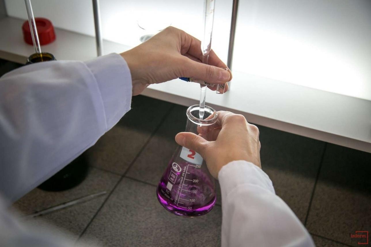 Воду проверяют на прозрачность, вкус и наличие бактерий