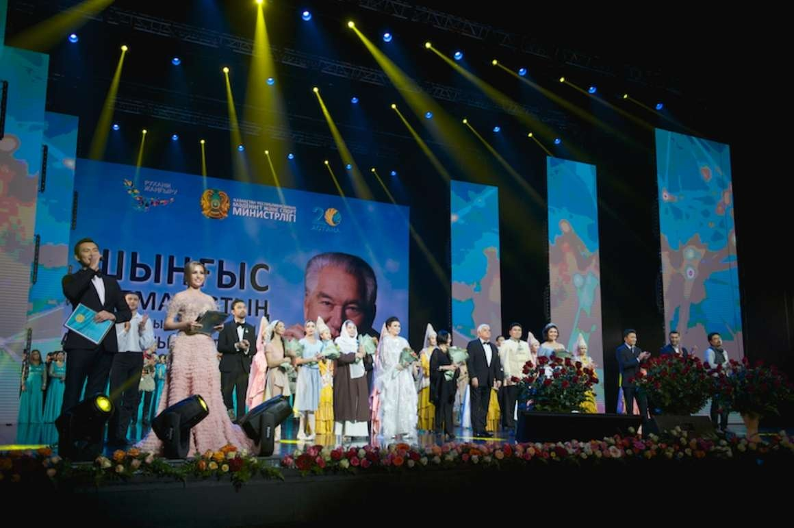 Заслуженные артисты почтили память Чингиза Айтматова