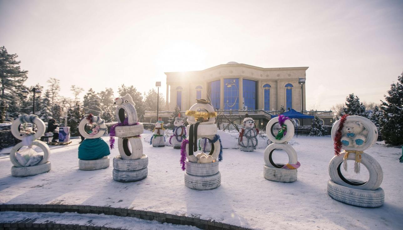 """Снеговики на территории """"Атакента"""""""