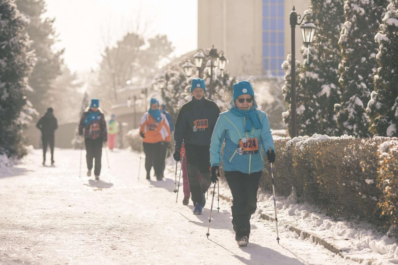 Участники соревнований по скандинавской ходьбе