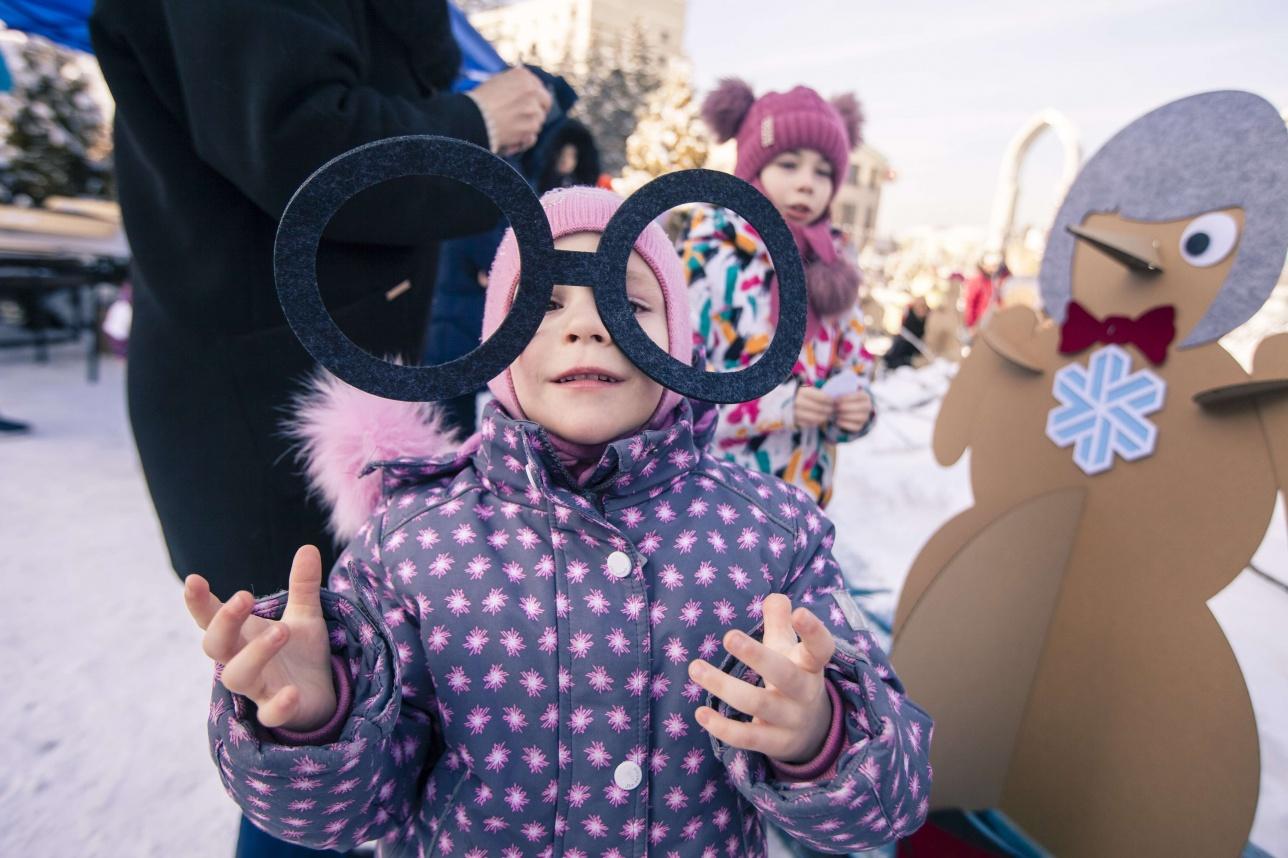 Детям предложили украсить арт-снеговиков