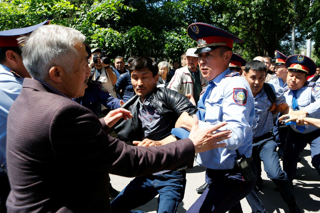 Полицейские страны нередко от граждан получают нелестные оценки своей работы и негатив