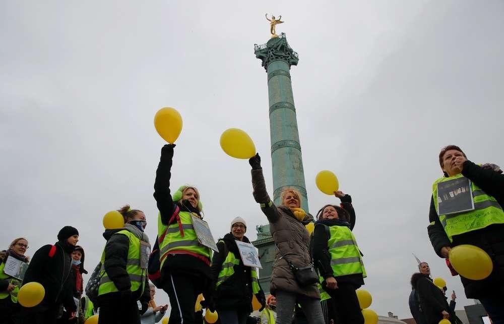 Участницы акции на площади Бастилии в Париже