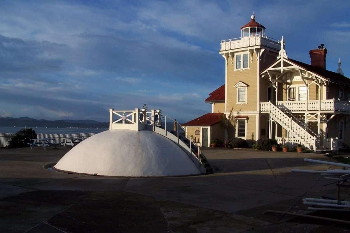 На острове есть гостиница и маяк