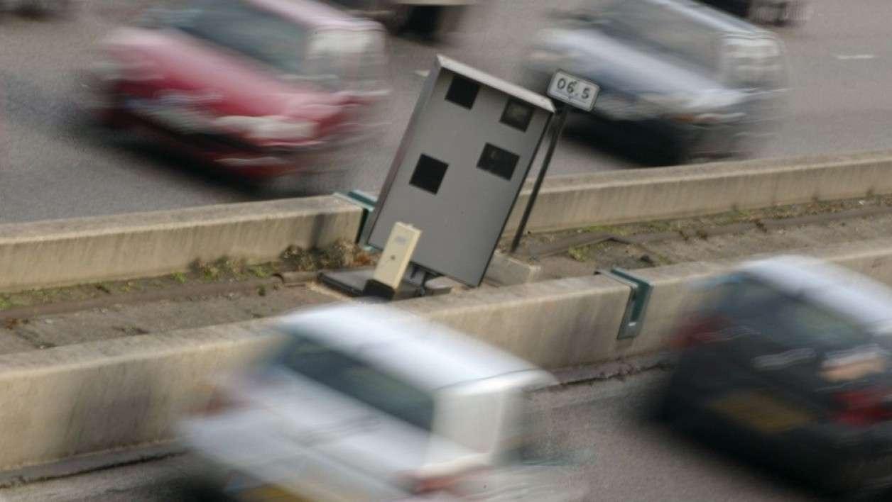 Разгромленный радар на дороге во Франции