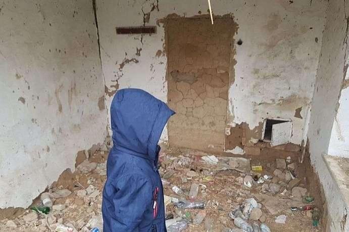 Мальчик показывает место преступления