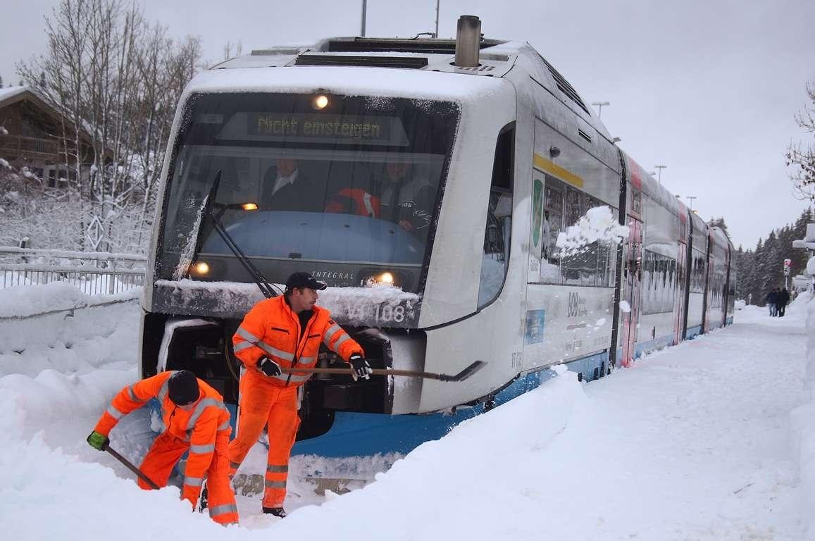 Снегопад также вызвал перебои в железнодорожном сообщении