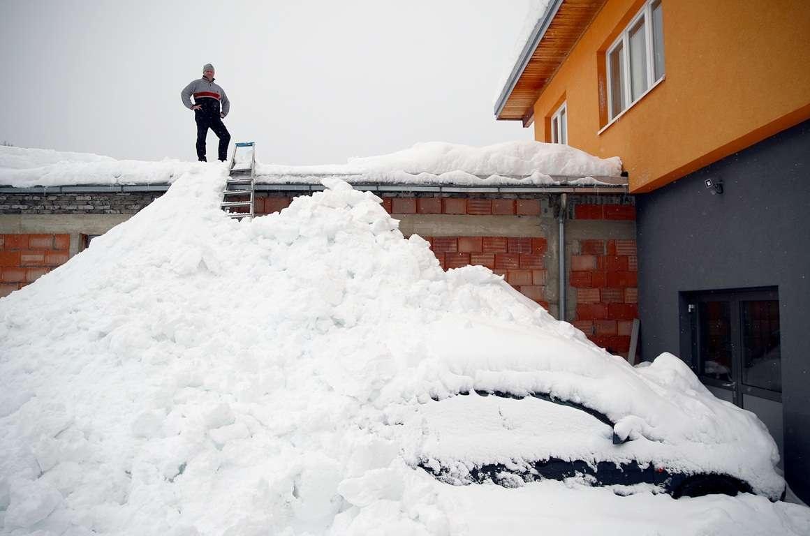 Жители Европы борются с последствиями сильного снегопада
