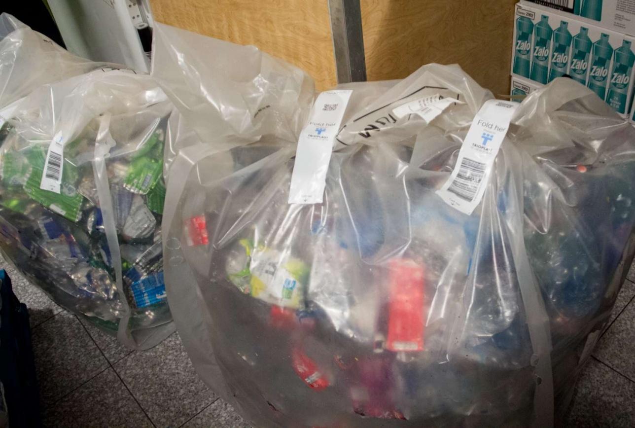 На мусоросортировочное предприятие тара попадает вот в таких мешках