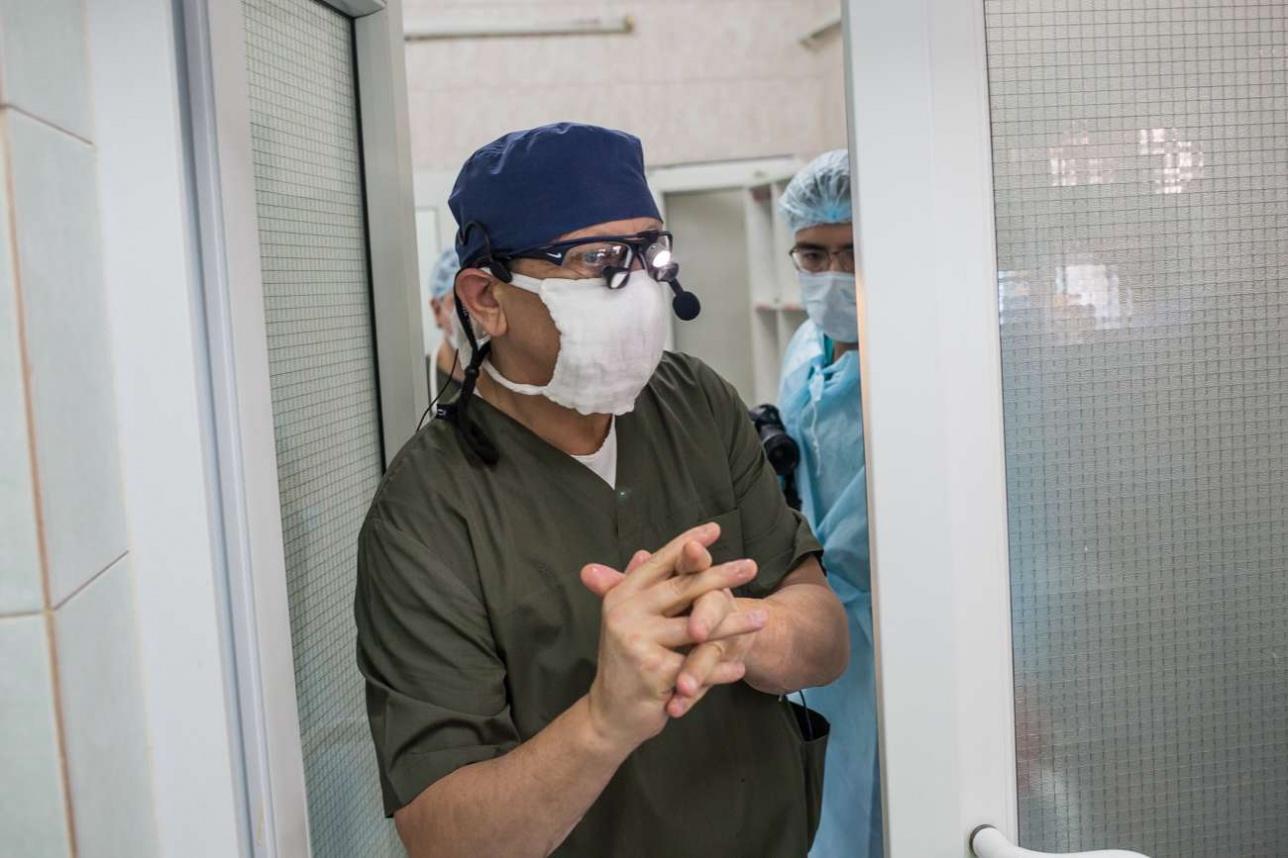 Профессор Караськов заходит в операционную