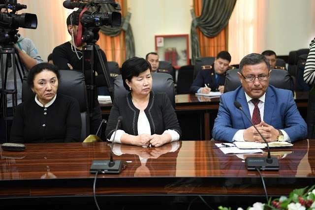 Бейбиткуль Селтанова (в центре) восстановилась в должности директора школы, в которой учатся насильники