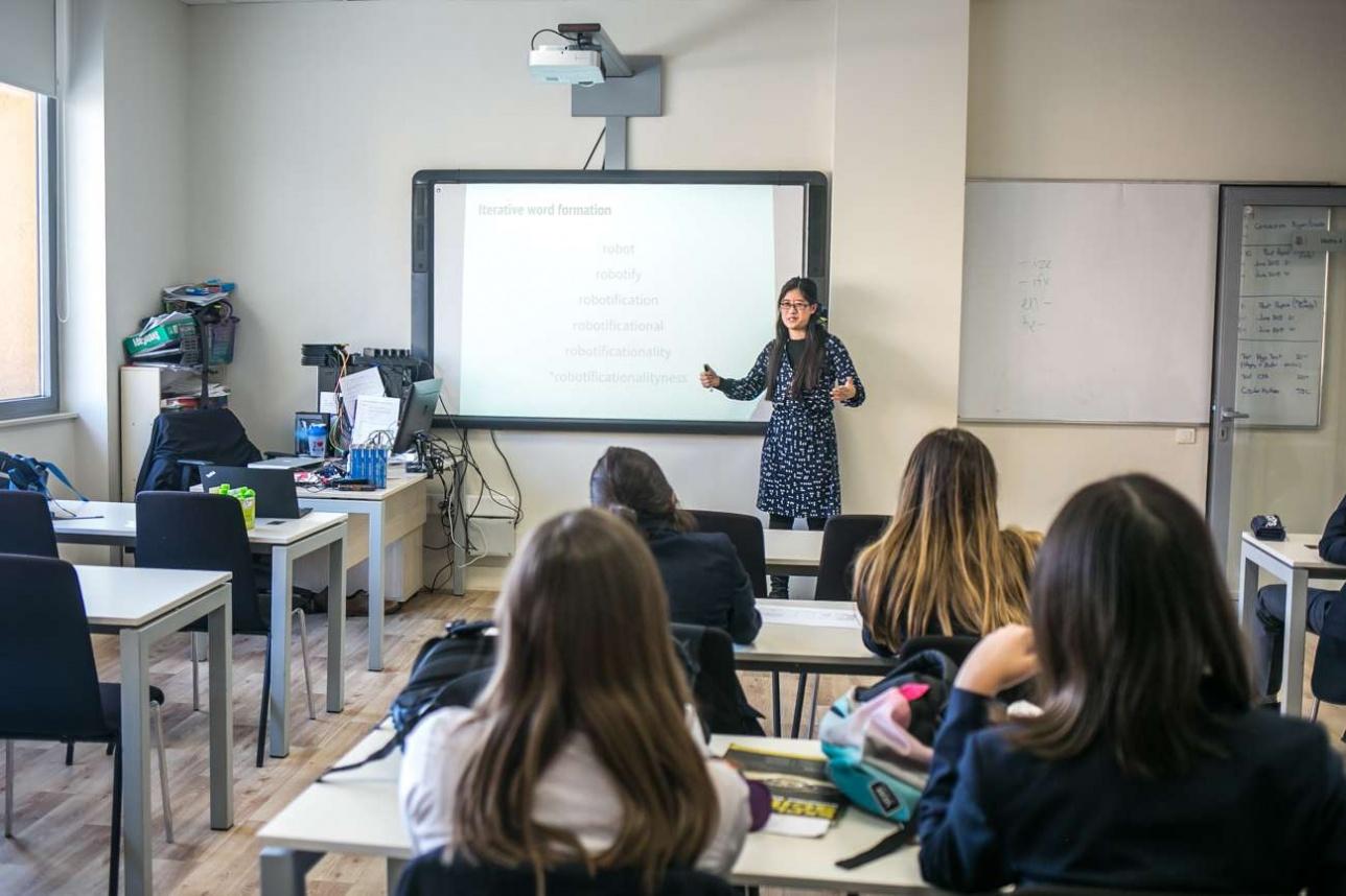 Софи Мори проводит мастер-класс по лингвистике в школе Haileybury Almaty