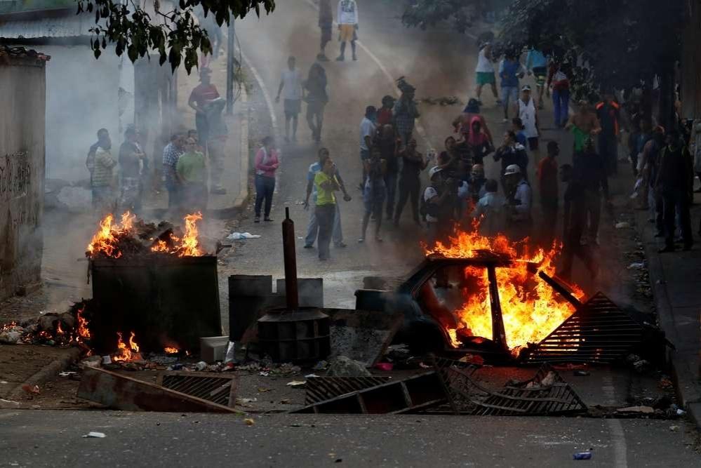Люди сооружали баррикады и поджигали машины