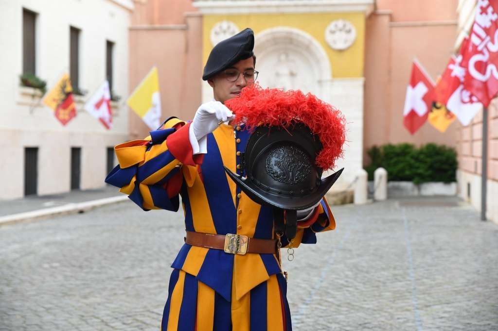 Швейцарский гвардеец представляет новый шлем с красным пером